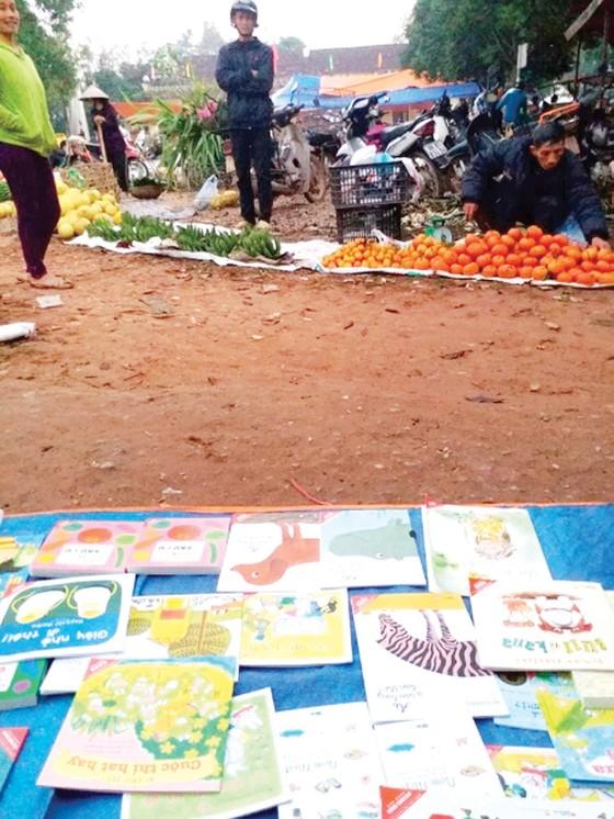 Mang sách về chợ quê ảnh 1