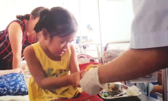 Bé 5 tuổi mắc bệnh hiểm, cha mẹ nghèo bế tắc ảnh 1
