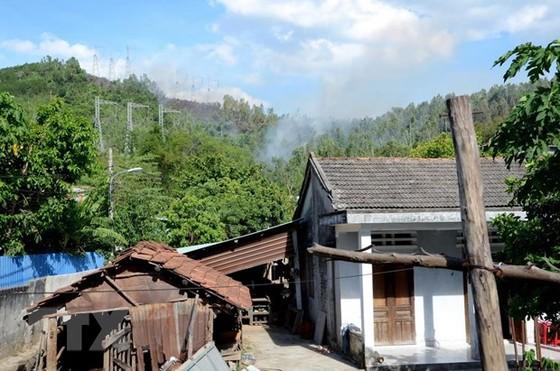 Nỗ lực dập tắt đám cháy rừng tại Hòa Vang, Đà Nẵng ảnh 1
