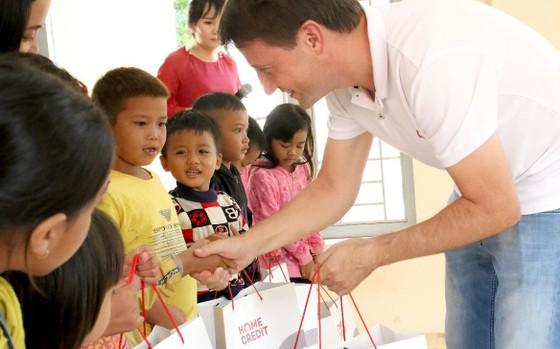 Home Credit Việt Nam trao học bổng và tặng quà học sinh Đắk Lắk ảnh 1