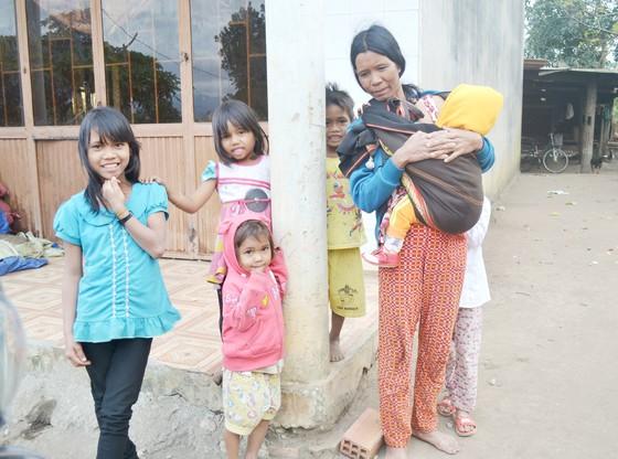 Nghèo vì cưới sớm, đông con ảnh 1