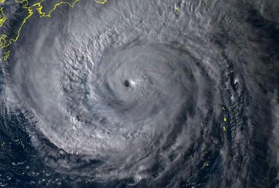 """Nhật Bản 'nín thở"""" trước siêu bão Hagibis sẽ đổ bộ cấp mạnh nhất ảnh 1"""