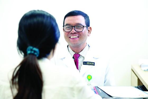 Hệ thống Y tế Vinmec: Tế bào ung thư 'bốc hơi' nhờ kỹ thuật xạ trị chuẩn đến từng milimet ảnh 1