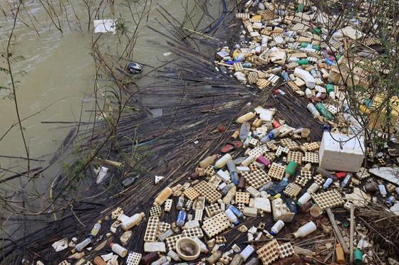 Bao bì thuốc bảo vệ thực vật tràn ngập, hồ cấp nước sinh hoạt cho Đà Lạt ô nhiễm nặng ảnh 1