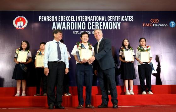 Gần 500 học sinh công lập nhận chứng chỉ quốc tế Pearson Edexcel ảnh 1
