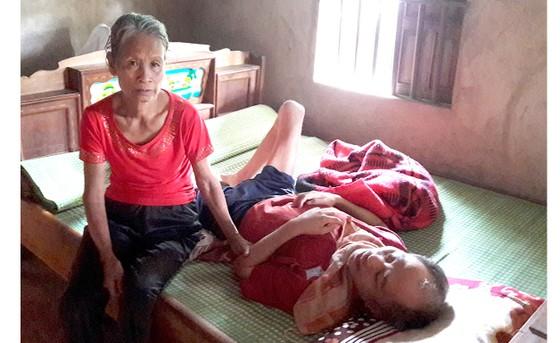 Bệnh tật liệt giường chỉ trông vào cha mẹ già yếu ảnh 1