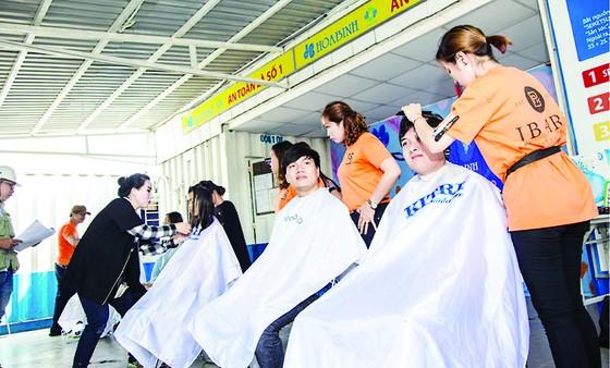 Làm đẹp đón xuân, cắt tóc miễn phí cho 1.000 công nhân ảnh 3