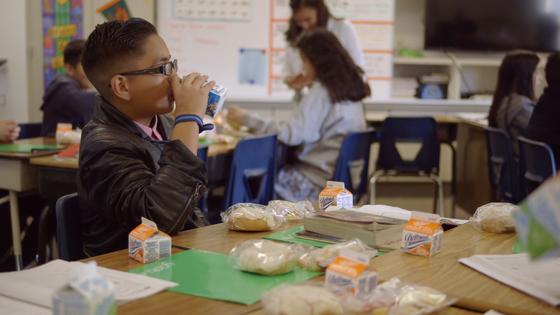Hơn 23.000 lít sữa hỗ trợ người dân khó khăn tại Hoa Kỳ ảnh 1
