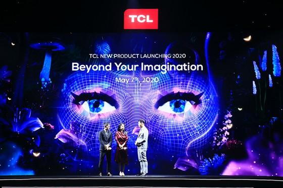 Công Vinh - Thủy Tiên trải nghiệm sản phẩm công nghệ mới từ TCL ảnh 1
