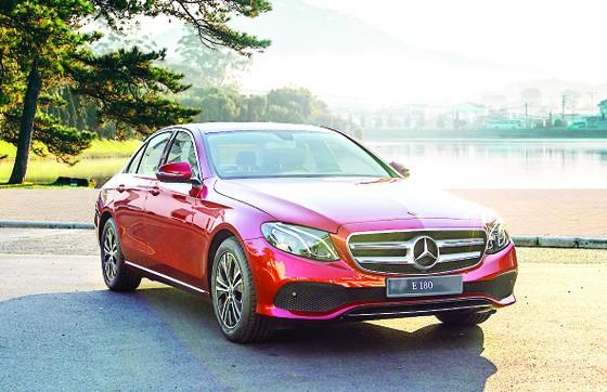 Mercedes-Benz E 180 giá dưới 2,1 tỷ đồng tại Việt Nam có gì?  ảnh 1
