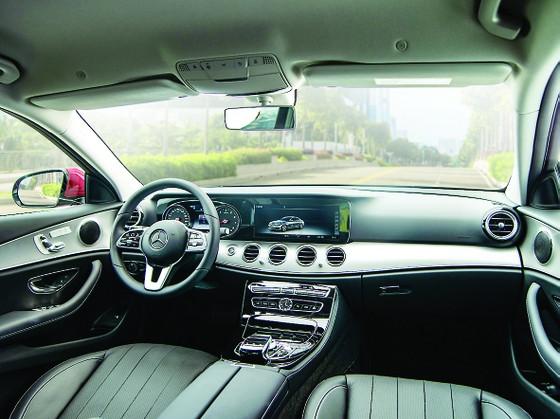 Mercedes-Benz E 180 giá dưới 2,1 tỷ đồng tại Việt Nam có gì?  ảnh 2