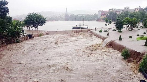 Mưa lớn, sạt lở đất ở Phú Thọ khiến 2 người thiệt mạng, 7 người bị thương ảnh 1