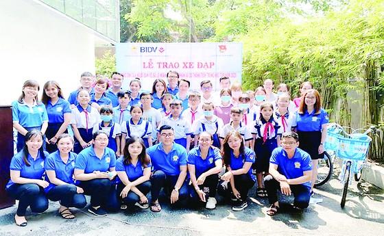 Chi đoàn thanh niên Công ty XSKT TPHCM trao xe đạp cho con của người bán vé số lẻ hiếu học có hoàn cảnh khó khăn và đạt thành tích trong học tập năm 2020 ảnh 1