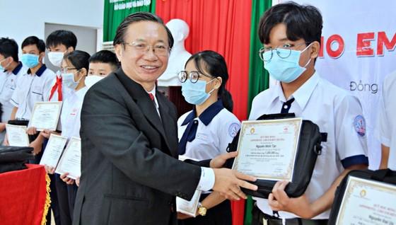 340 học sinh ở Đồng Nai nhận học bổng 'Cho em đến trường' ảnh 2