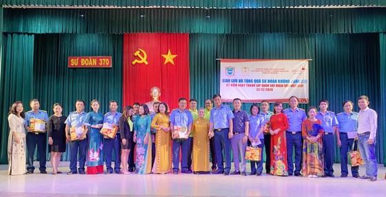 Quỹ Công tác xã hội Anh hùng LLVT nhân dân Phan Trọng Bình đến thăm, tặng quà Sư đoàn Không quân 370 ảnh 1