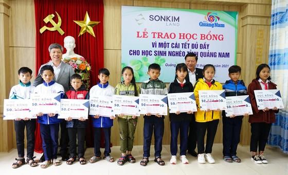 Trao học bổng vì một cái tết đủ đầy cho học sinh nghèo tỉnh Quảng Nam ảnh 3
