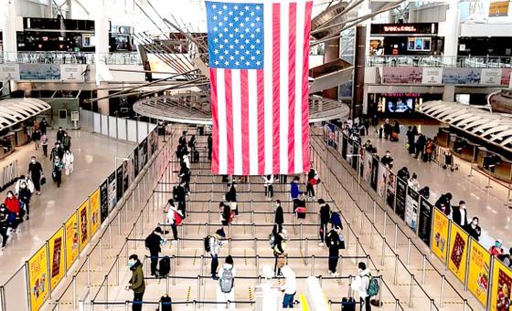 Chống dịch Covid-19: EU, Mỹ nới lỏng các hạn chế ảnh 1