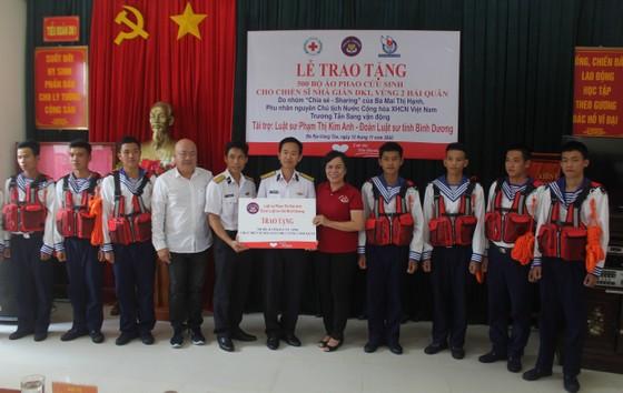 Phu nhân nguyên Chủ tịch nước Trương Tấn Sang trao tặng áo phao cho chiến sĩ nhà giàn DK1 ảnh 1