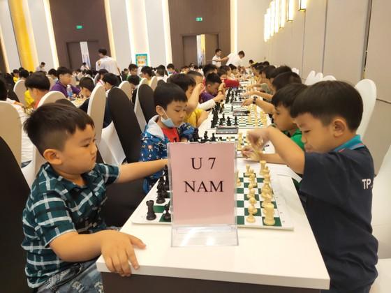 Các kỳ thủ tranh tài tại giải. Ảnh: NÔNG NGÂN