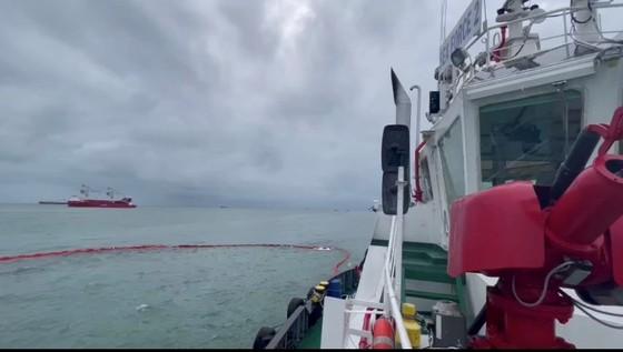 Tàu chở gần 10.000 tấn hàng chìm, 17 người được cứu ảnh 1