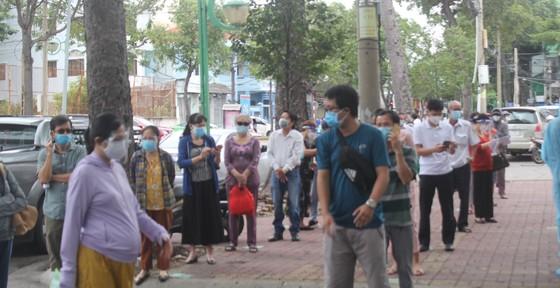 Vũng Tàu: Người dân tấp nập ra đường sau hơn 2 tháng ở nhà phòng dịch ảnh 5