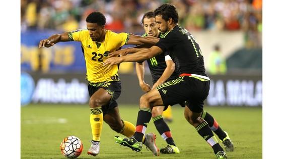 El Salvador (trái) chưa nhận một thất bại bại nào trước Curacao.