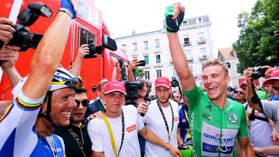 Marcel Kittel (phải) ăn mừng chiến thắng cùng các đồng đội