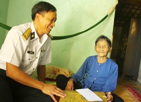 Hải quân Vùng 3 tặng quà cho gia đình chính sách ảnh 1