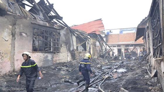 Hơn 240 chiến sĩ, 45 xe chữa cháy chống chọi đám cháy kinh hoàng tại Bình Chánh ảnh 5