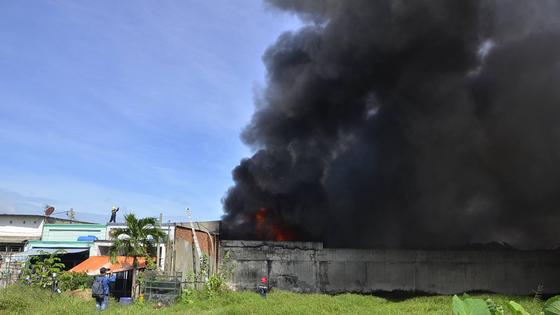 Hơn 240 chiến sĩ, 45 xe chữa cháy chống chọi đám cháy kinh hoàng tại Bình Chánh ảnh 3