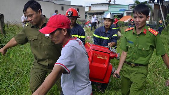 Hơn 240 chiến sĩ, 45 xe chữa cháy chống chọi đám cháy kinh hoàng tại Bình Chánh ảnh 1