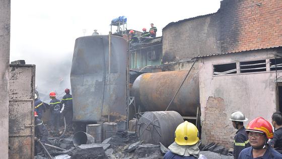 Hơn 240 chiến sĩ, 45 xe chữa cháy chống chọi đám cháy kinh hoàng tại Bình Chánh ảnh 6