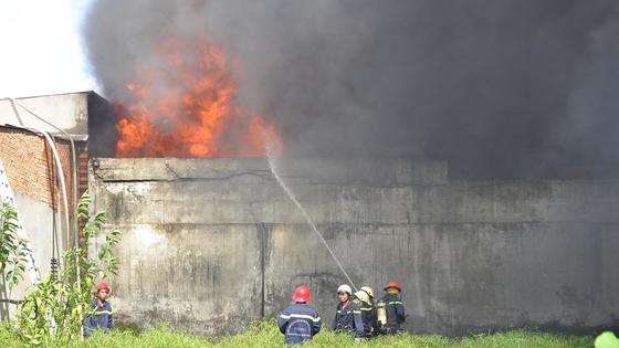 Hơn 240 chiến sĩ, 45 xe chữa cháy chống chọi đám cháy kinh hoàng tại Bình Chánh ảnh 2