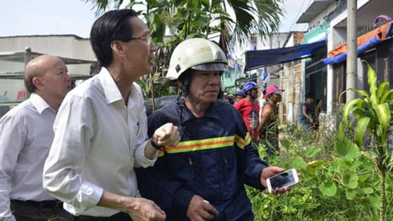 Hơn 240 chiến sĩ, 45 xe chữa cháy chống chọi đám cháy kinh hoàng tại Bình Chánh ảnh 4