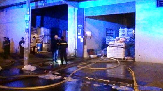 2 người tháo chạy khỏi vụ cháy ở công ty vật tư nông nghiệp ở Bình Tân ảnh 1