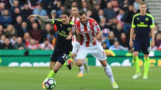Stoke.City (16) - Arsenal (5): Pháo tiếp tục nổ ảnh 1