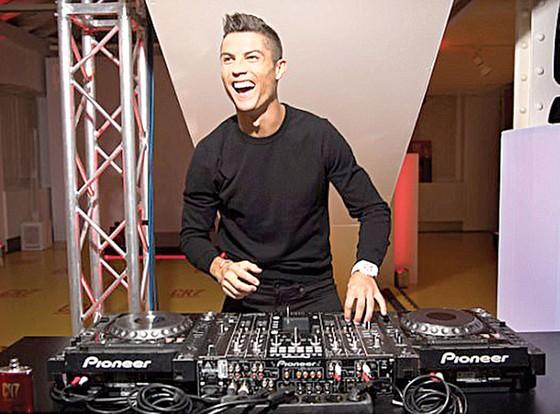 Ronaldo tất bật kiếm tiền ảnh 1