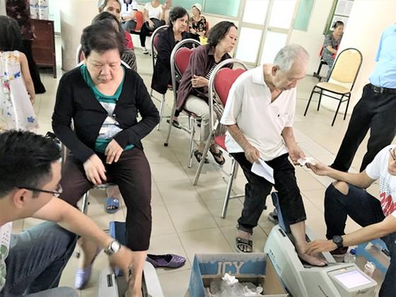 Phòng chống bệnh xương khớp ở người già ảnh 1