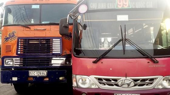 Đình chỉ tài xế xe buýt truy đuổi xe container đòi bồi thường sau va chạm ảnh 1