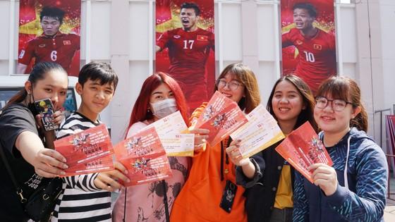 VIDEO: Người hâm mộ xếp hàng dài chờ vé giao lưu U23 Việt Nam   ảnh 5