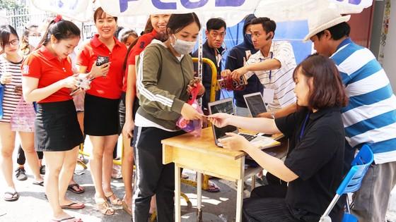 VIDEO: Người hâm mộ xếp hàng dài chờ vé giao lưu U23 Việt Nam   ảnh 4