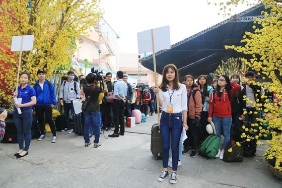 Chuyến xe mùa xuân đưa 3.000 sinh viên hoàn cảnh khó khăn về quê đón tết ảnh 8