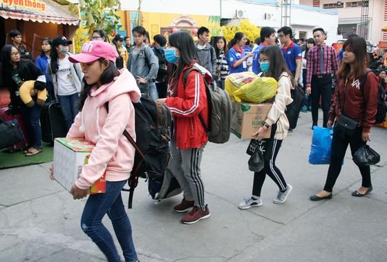 Chuyến xe mùa xuân đưa 3.000 sinh viên hoàn cảnh khó khăn về quê đón tết ảnh 7