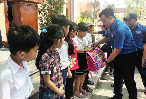 Hết lòng vì người nghèo, học sinh khó khăn miền cù lao đất mặn Tân Thạnh, Tiền Giang ảnh 6