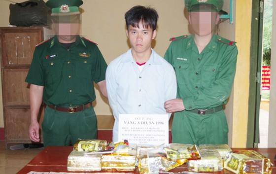 Bắt quả tang một nam thanh niên vận chuyển 10kg ma túy đá ra Hà Nội tiêu thụ ảnh 1