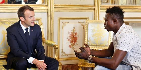 """Cứu cháu bé lơ lửng trên tầng 4, """"người nhện"""" Mali  được Tổng thống Pháp cấp quyền công dân ảnh 1"""
