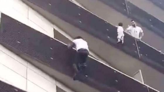 """Cứu cháu bé lơ lửng trên tầng 4, """"người nhện"""" Mali  được Tổng thống Pháp cấp quyền công dân ảnh 2"""