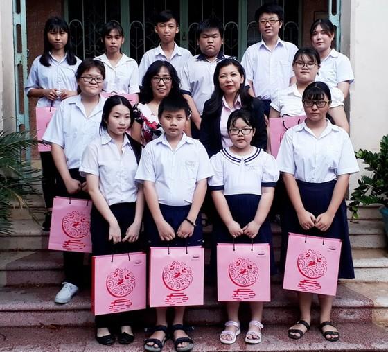 西貢屏榮公司贈月餅給學生 ảnh 2