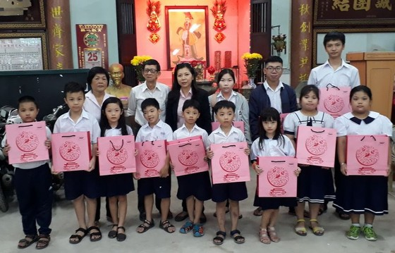 西貢屏榮公司贈月餅給學生 ảnh 1