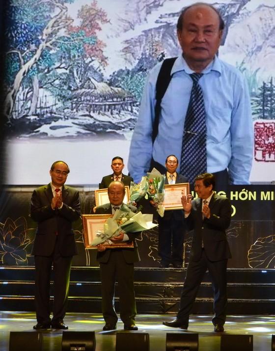 國家頒贈人民藝人、優秀藝人稱號儀式  華人畫家、龍獅藝人獲殊榮 ảnh 2
